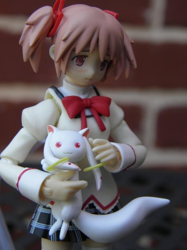 Madoka holding kyubey